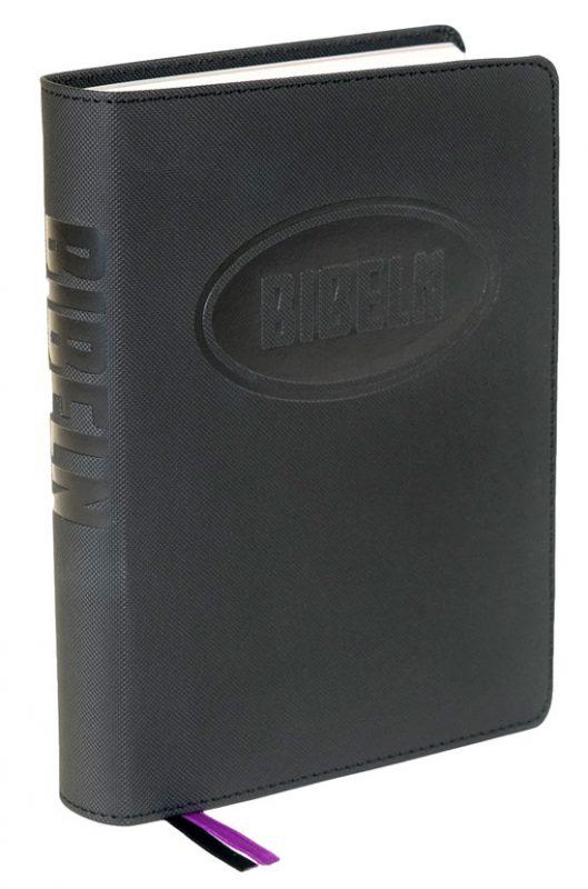 Konfabibeln i svart med tilläggssidor av Kristina Reftel