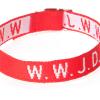 Armband med texten WWJD i rött vävt tyg